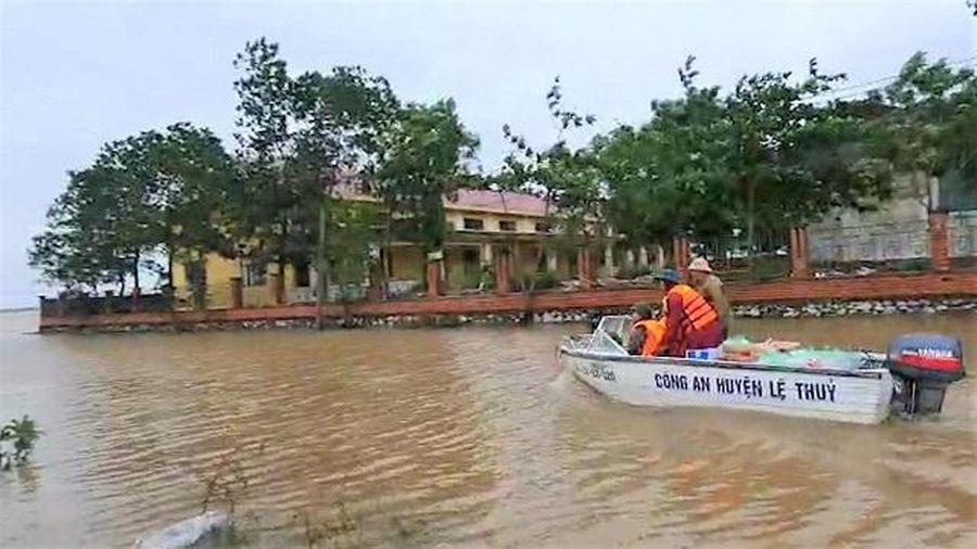 Thủy đoàn I tăng cường xuồng máy chở lương thực vào rốn lũ Quảng Bình