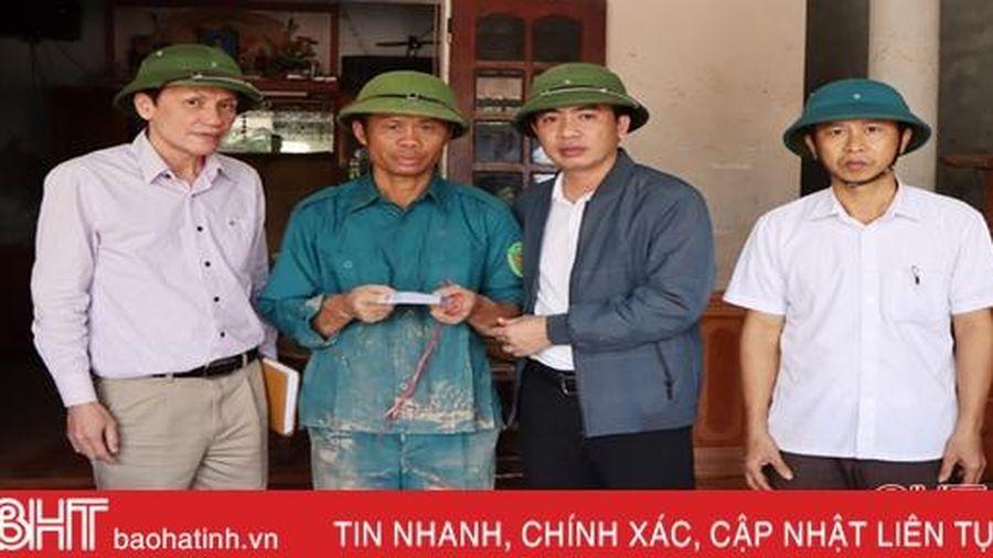 Báo Hà Tĩnh trao 30 suất quà đến người dân vùng hạ du Kẻ Gỗ