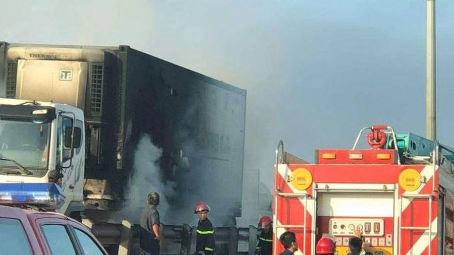 Cháy xe đầu kéo Container khi qua cầu Đồng Nai
