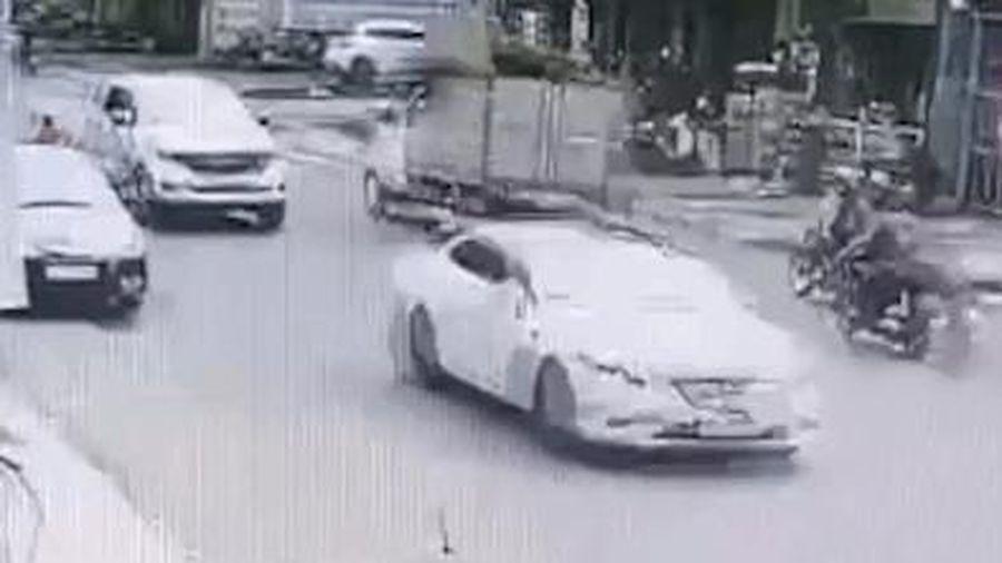 CLIP: Cửa ô tô 'đánh' cô gái một cú suýt chết, nữ tài xế đút tay vào túi xuống xem