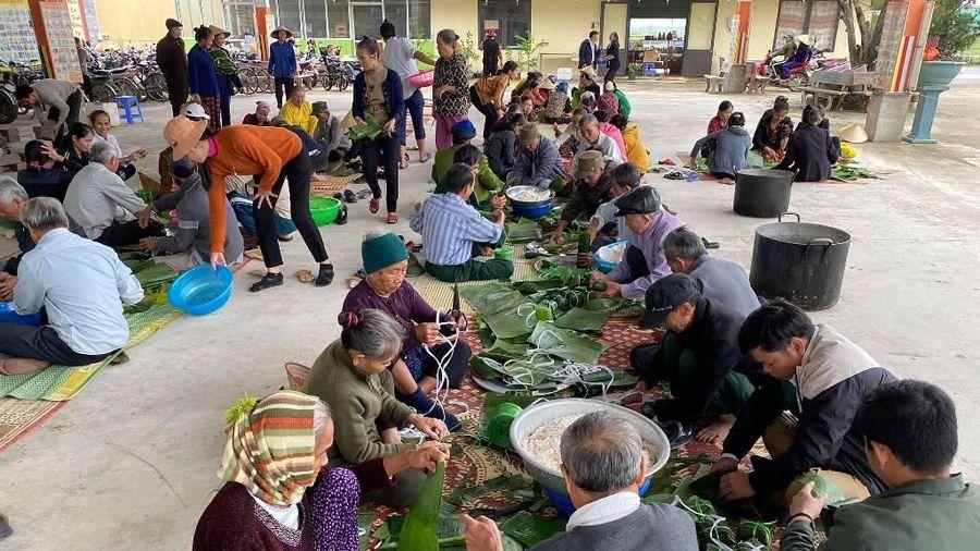 Nghệ An : Chùa gói bánh chưng, tặng quà đồng bào vùng lũ