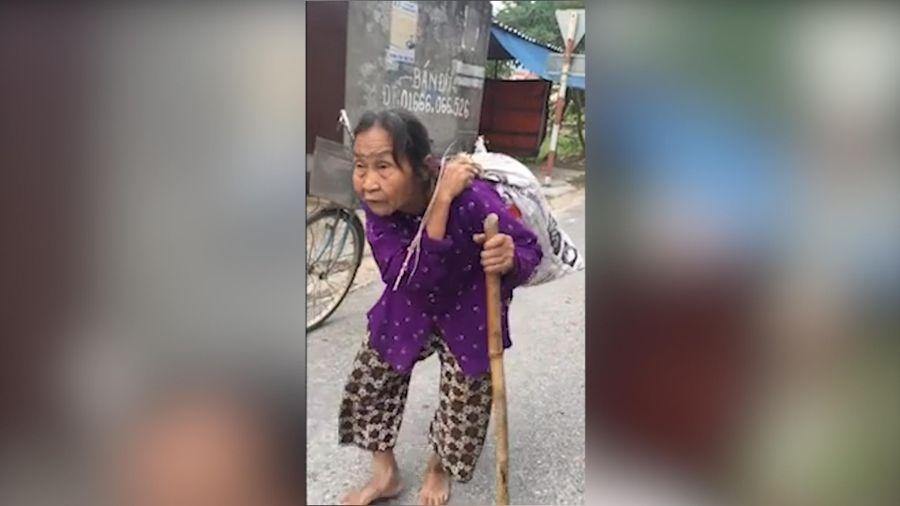 Xúc động cụ bà 80 tuổi còng lưng cõng bao tải quần áo, mì tôm ủng hộ miền Trung
