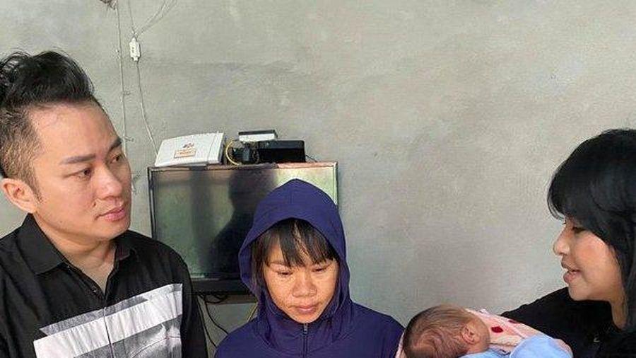 Thanh Lam - Tùng Dương tặng tiền mặt cho người dân vùng lũ ở Hà Tĩnh