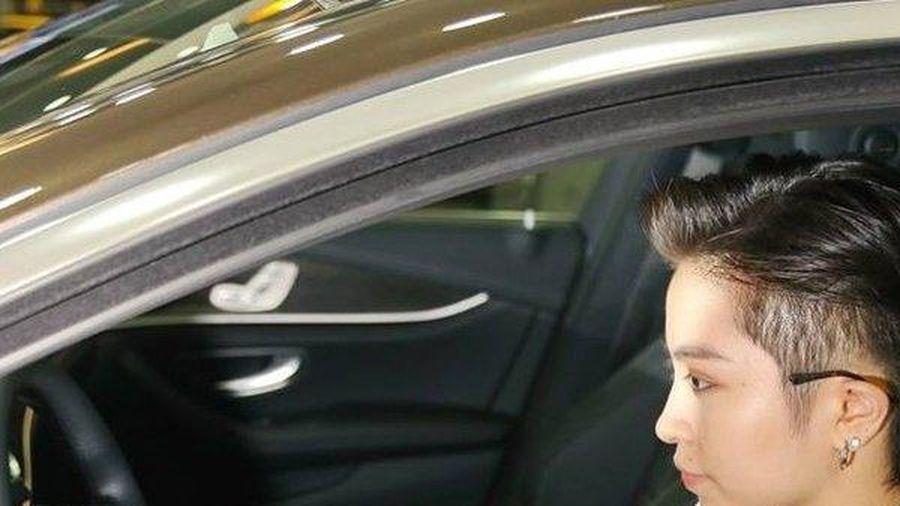 Bóc giá xế hộp Mercedes-Benz E300 AMG Gil Lê thường xuyên lái