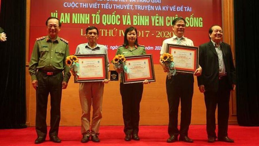 Trao giải cuộc thi Vì an ninh Tổ quốc và bình yên cuộc sống