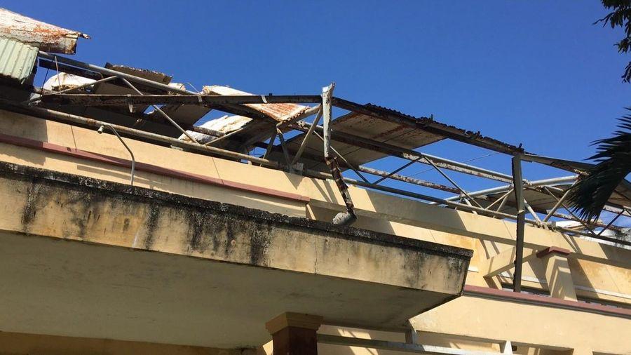 Trường học xơ xác sau bão số 9