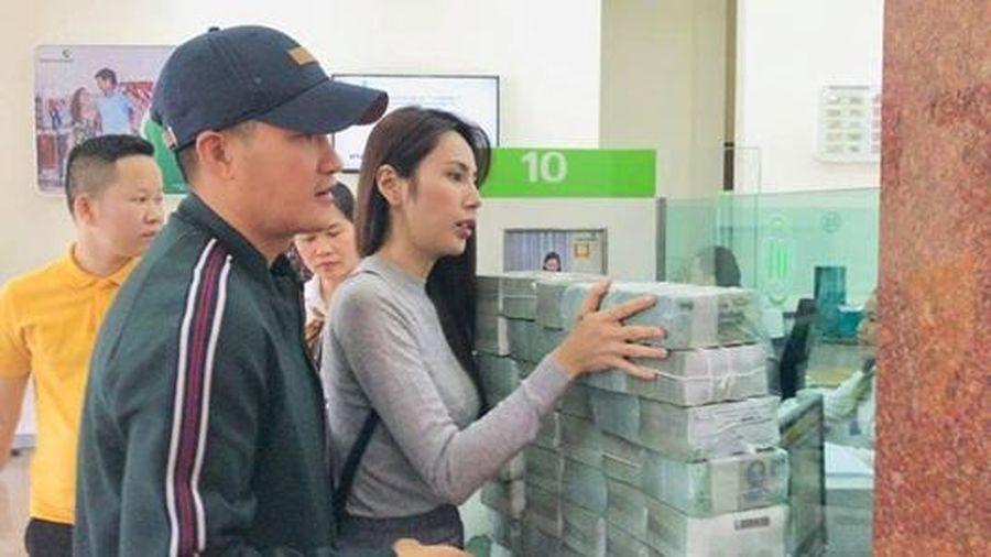 Công Vinh - Thủy Tiên tiếp tục rút hàng chục cọc tiền đi cứu trợ, lý giải chuyện trao tặng một nông dân 200 triệu