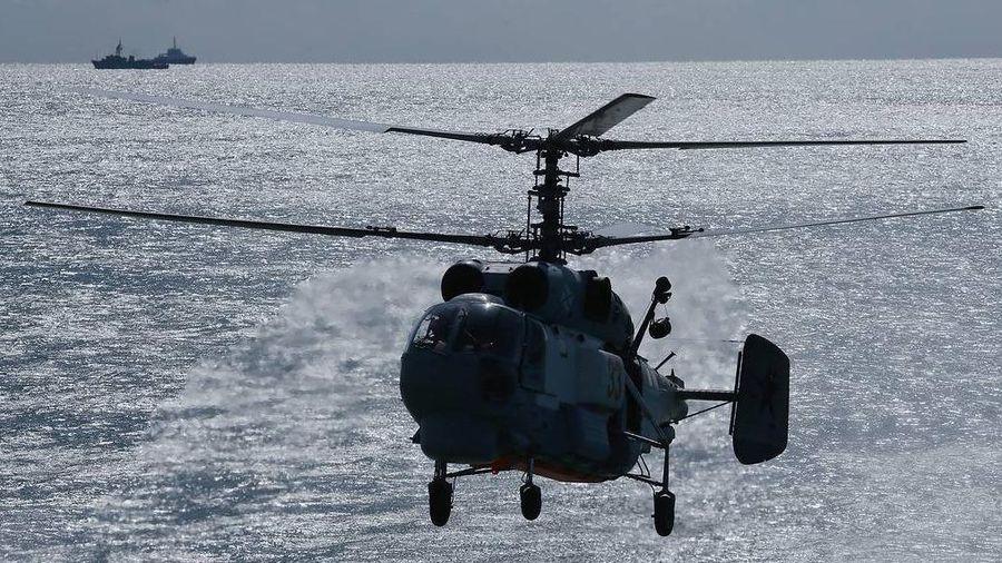 'Sát thủ săn ngầm' Ka-27 tối tân của Nga thực hành hạ cánh trên tàu khu trục