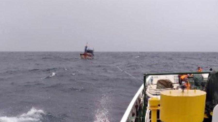 Tàu kiểm ngư KN 467 đang lai dắt tàu cá và 11 ngư dân gặp nạn vào bờ