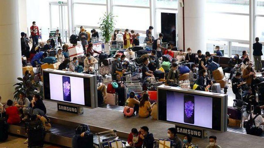 Hành khách bắt buộc phải đeo khẩu trang tại sân bay và trên máy bay