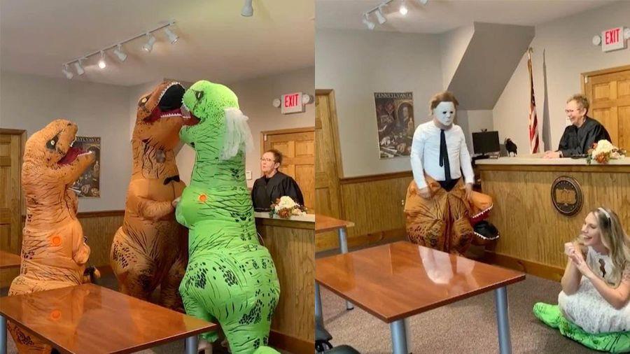 Đôi tình nhân kết hôn trong trang phục khủng long