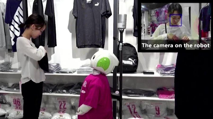 Robot nhắc khách đeo khẩu trang ở Nhật