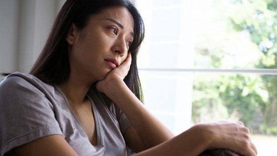 Lúc chị dâu mang con đến cho vợ chồng tôi, thấy cháu bám rịt chân mẹ, tôi vừa thương chị vừa chạnh lòng nghĩ đến phận mình