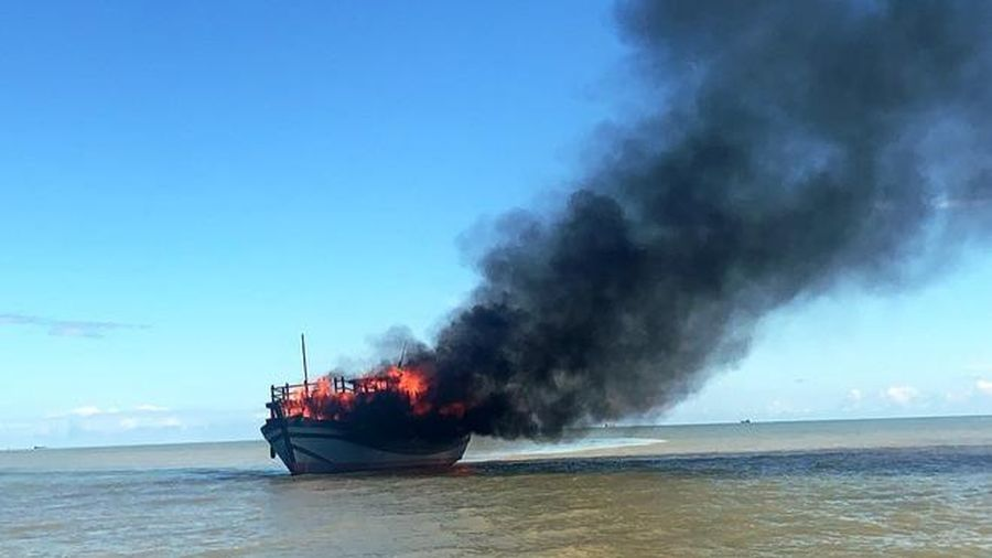 Tàu chở khách bốc cháy trên biển, hàng chục người may mắn thoát nạn