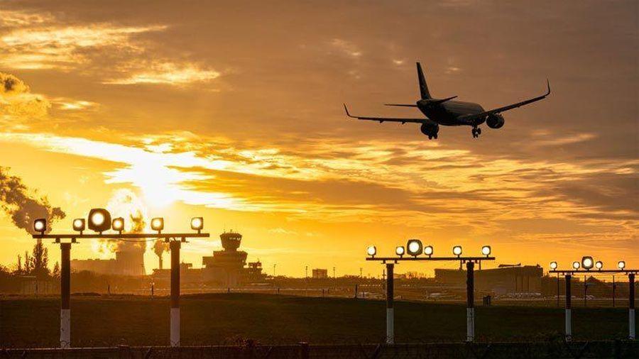 Vật thể bí ẩn suýt lao thẳng vào máy bay chở khách ở Anh