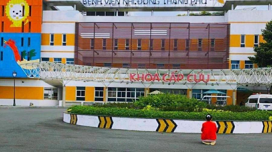 Rớt nước mắt câu chuyện người mẹ quỳ giữa trời nắng gắt để cầu nguyện cho con tại bệnh viện Nhi Đồng