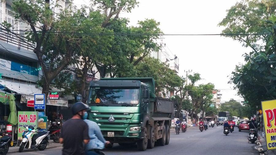 Xe tải nối đuôi chạy bất chấp biển cấm ở Đà Nẵng