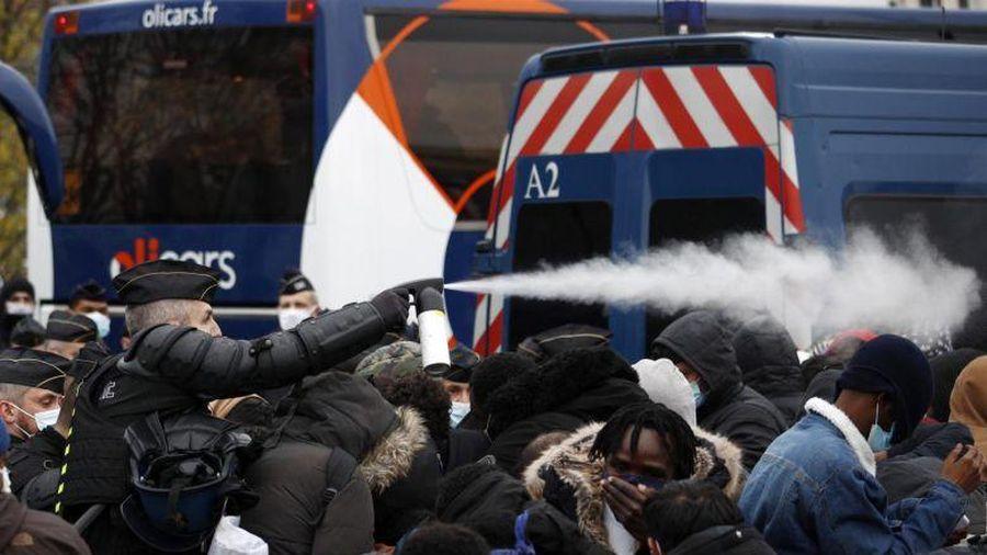 Bộ trưởng Pháp 'sốc' vì hình ảnh cảnh sát phá dỡ trại tị nạn ở Paris