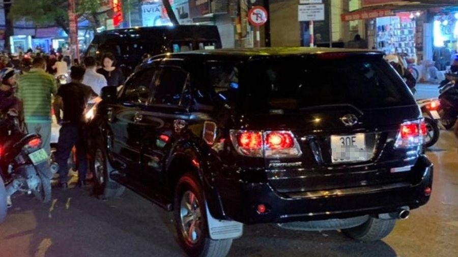 Xe Fortuner tông liên hoàn ở Hà Nội