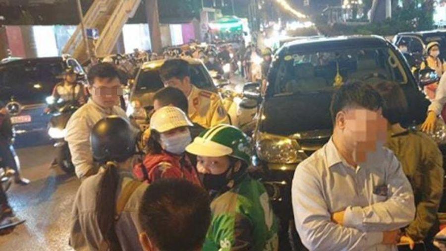 Fortuner gây tai nạn liên hoàn trên phố Hà Nội