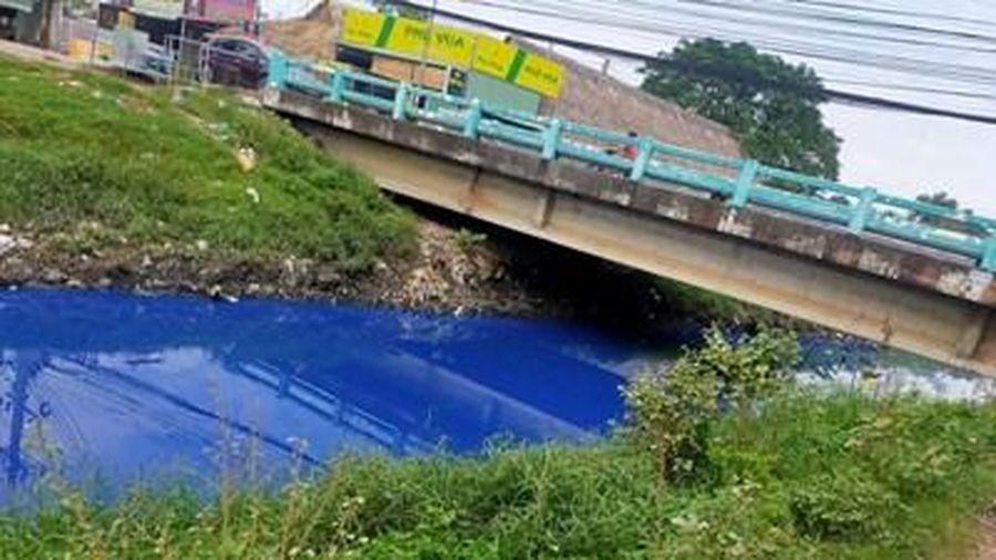 Nước dòng kênh D ở Bình Dương bất ngờ đổi màu xanh kì quái