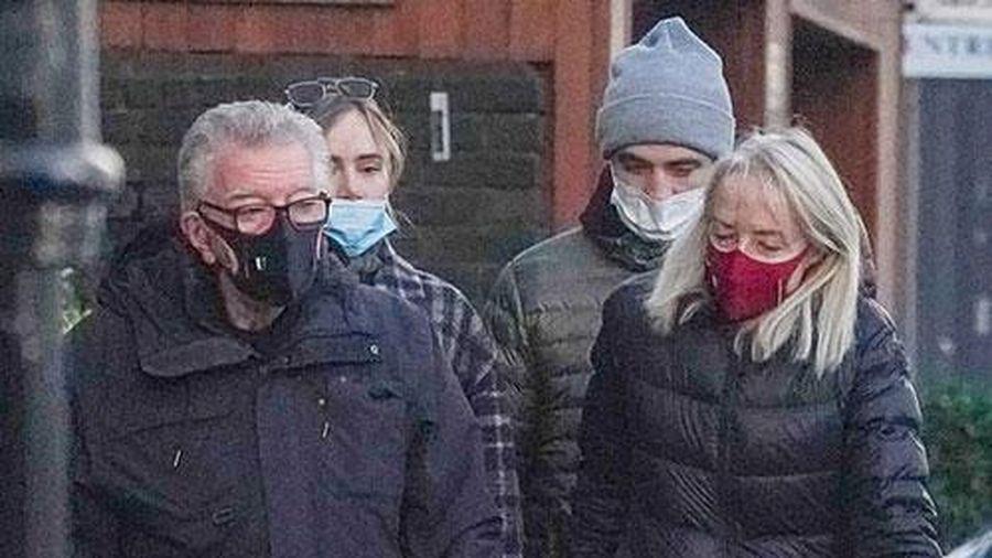Robert Pattinson đưa bạn gái đi dạo với bố mẹ