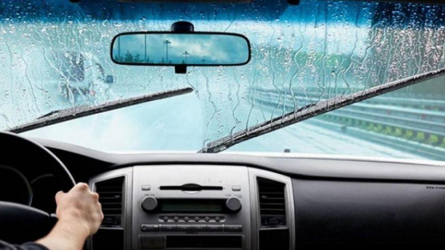 Tại sao không nên dùng nước lã đổ bình nước lau kính cho ô tô?