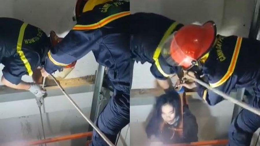 Đưa người phụ nữ bị rơi xuống giếng thang máy lên mặt đất an toàn