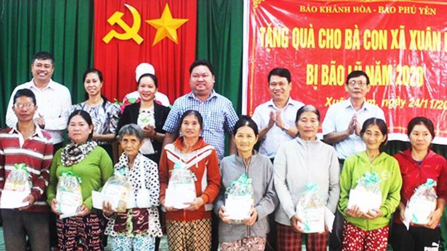 Báo Khánh Hòa trao quà cho người dân vùng lũ Phú Yên