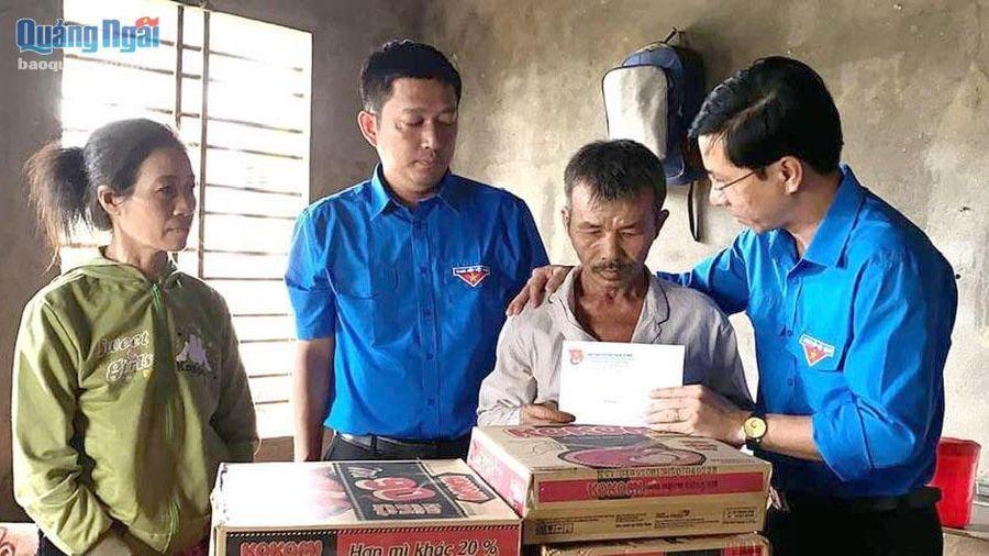 Tỉnh đoàn Quảng Ngãi thăm hỏi gia đình cậu bé bị chủ quán bánh xèo đánh đập dã man