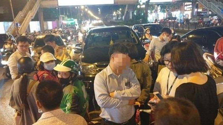 Tài xế Fortuner mất lái đâm hàng loạt phương tiện đi đường ở Hà Nội