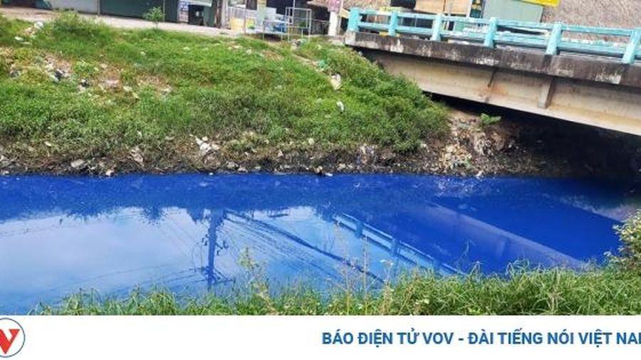 Người dân lo lắng khi nước con kênh ở Bình Dương bỗng dưng đổi màu xanh