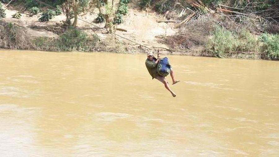 Người dân liều mình đu dây qua sông Pô Kô như 'Tôn Ngộ Không'
