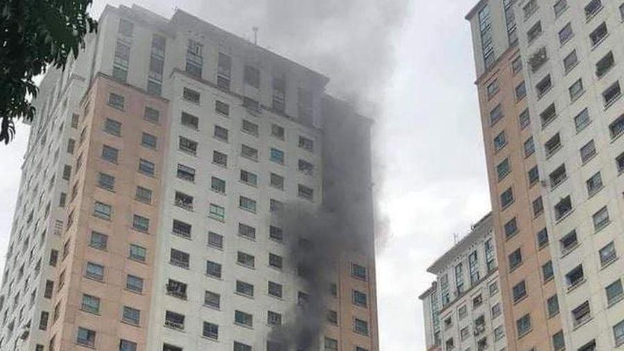 Sau tiếng nổ, căn hộ tầng 13 CT1 chung cư Xa La bốc cháy ngùn ngụt