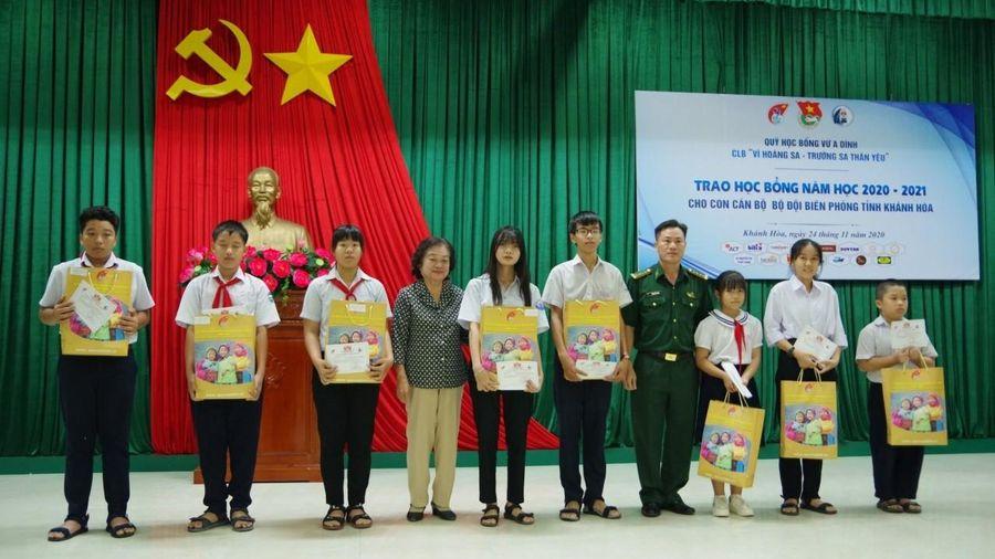 Trao học bổng Vừ Á Dính cho học sinh là con của cán bộ, chiến sĩ Bộ đội Biên phòng tỉnh Khánh Hòa