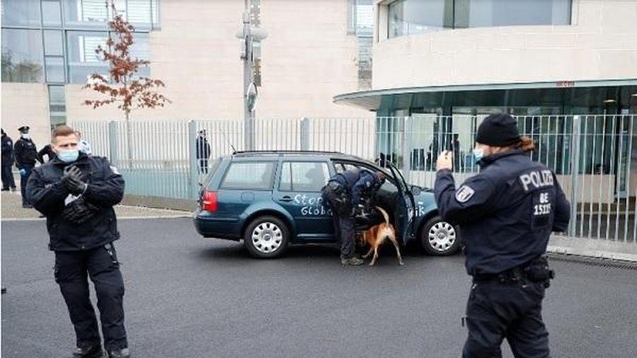 Đâm xe vào cổng văn phòng Thủ tướng Đức