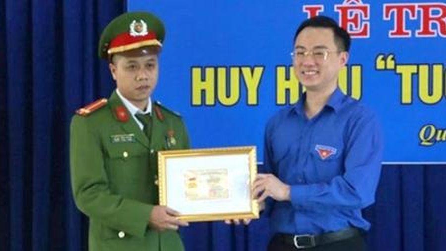 Trao tặng huy hiệu 'Tuổi trẻ dũng cảm' cho Trung úy bắt tội phạm ma túy