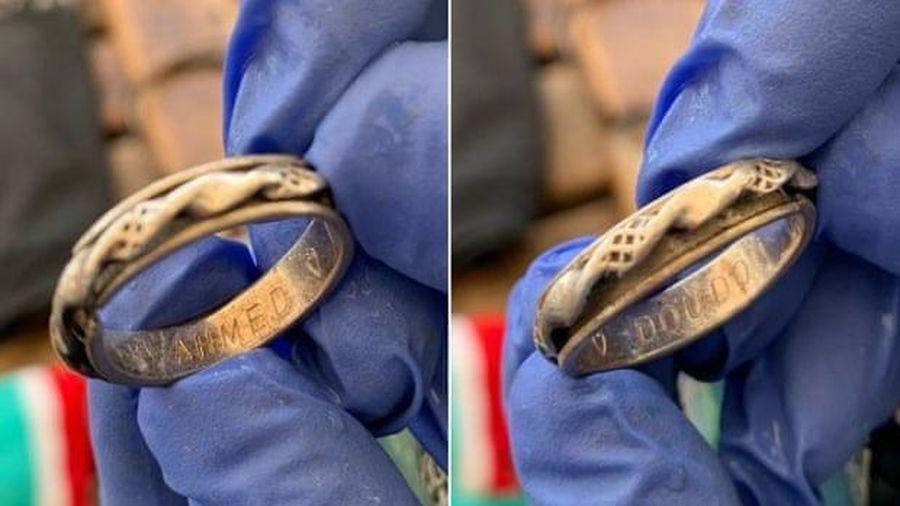 Cặp đôi bất ngờ tìm lại được nhẫn cưới bị mất trên biển