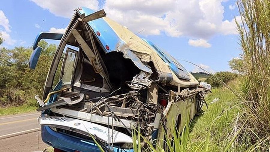 Xe buýt va chạm với xe tải trên cao tốc tại Brazil, ít nhất 41 người tử vong