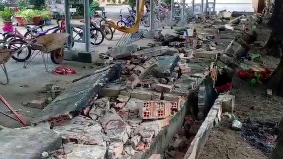 Tường rào trường tiểu học bị sập, hàng chục xe học sinh hư hỏng