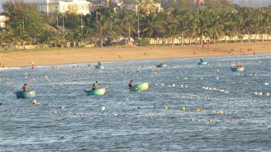 'Trận địa lưới' bao vây khách tắm biển Bình Sơn - Ninh Chữ