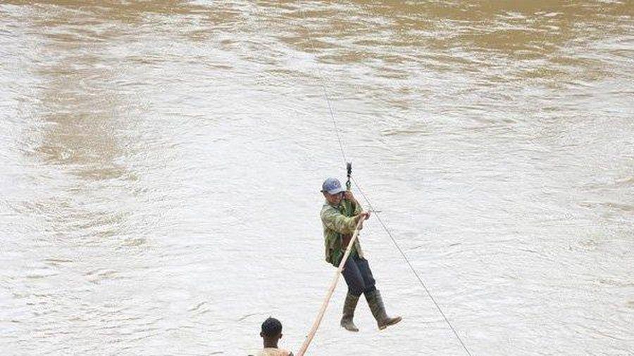 Thót tim cảnh người dân liều mình vác nông sản đu dây qua sông