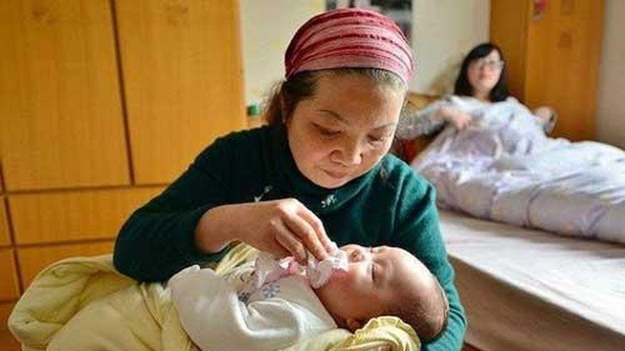 Sinh con được 19 ngày mẹ chồng cứ lấy nước bọt bôi lên mắt cháu, mẹ bỉm lên mạng hỏi nhận được lời khuyên: 'Ngăn ngay kẻo hối không kịp'
