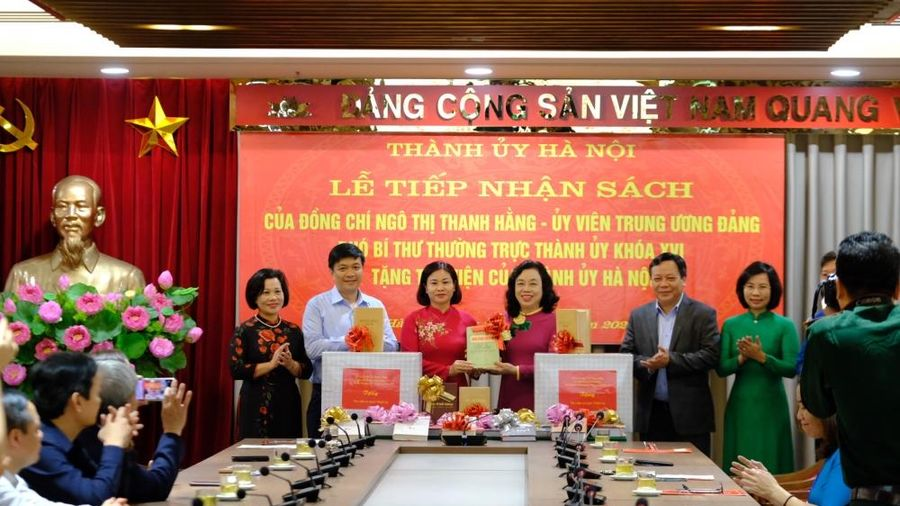 Đồng chí Ngô Thị Thanh Hằng tặng hơn 1.000 cuốn sách cho Thư viện của Thành ủy Hà Nội