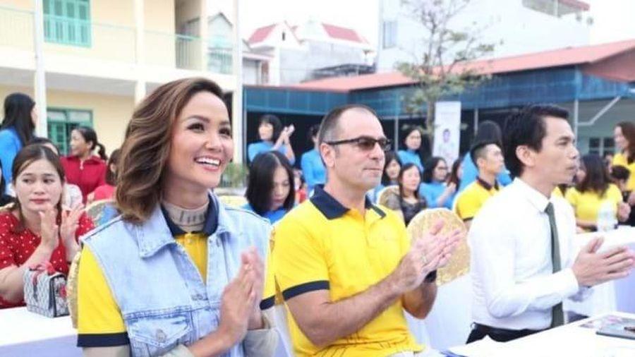 Sun Life trao hàng trăm trụ bóng rổ và bóng rổ cho 51 trường học