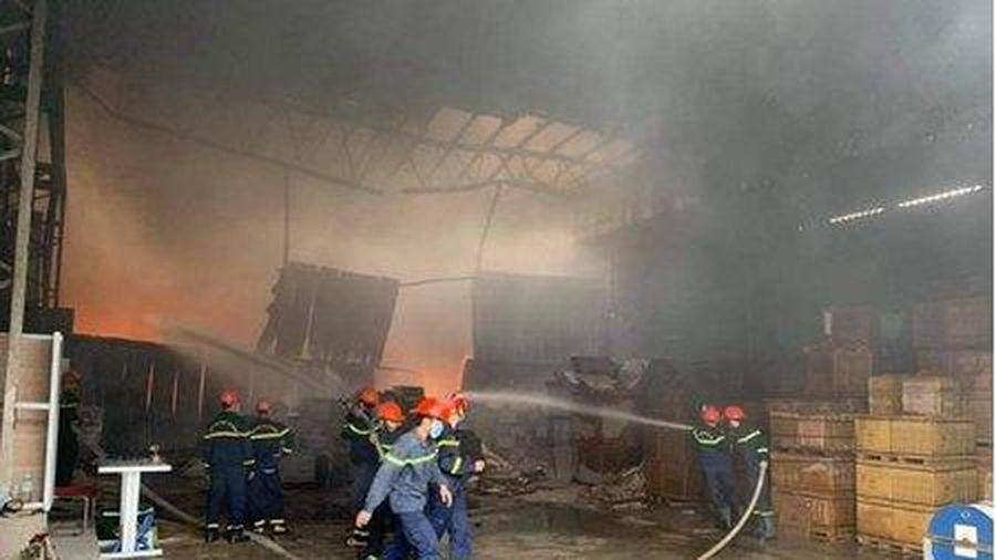 Cháy lớn tại kho chứa hàng rộng gần 1.000m2 ở TP.Vinh