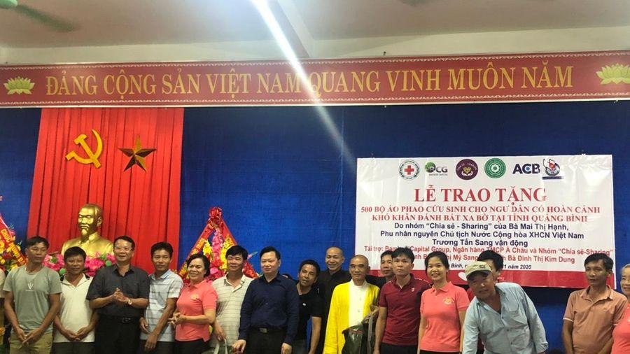 Trao tặng 1.500 bộ áo phao cứu sinh cho ngư dân