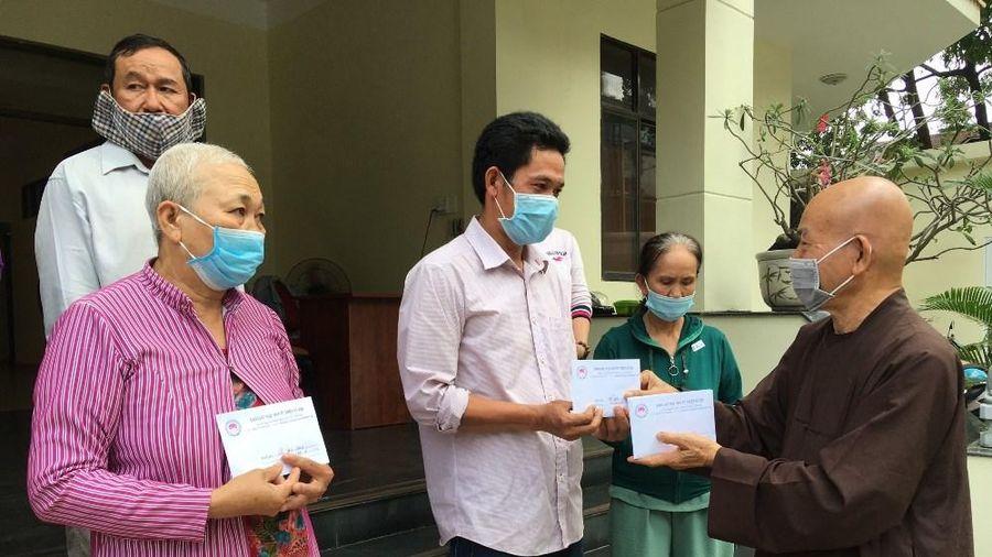 Bạn đọc cúng chùa, tặng bệnh nhân hơn 200 triệu đồng