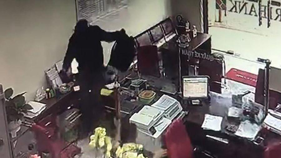 Truy tìm kẻ bịt mặt vào ngân hàng hô to: 'Lựu đạn đây, tiền để đâu?'