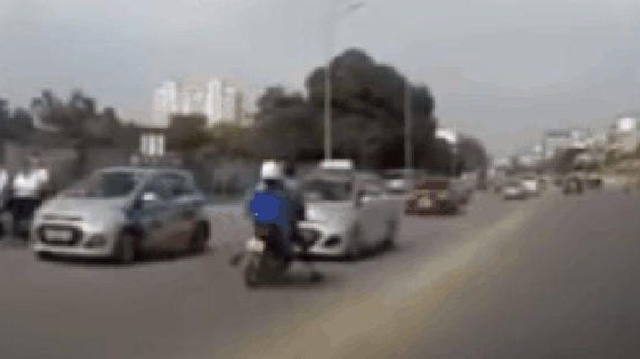 CLIP: Tông vào ô tô ngã văng, chồng hốt hoảng đuổi theo con chó, mặc vợ nằm đau giữa đường